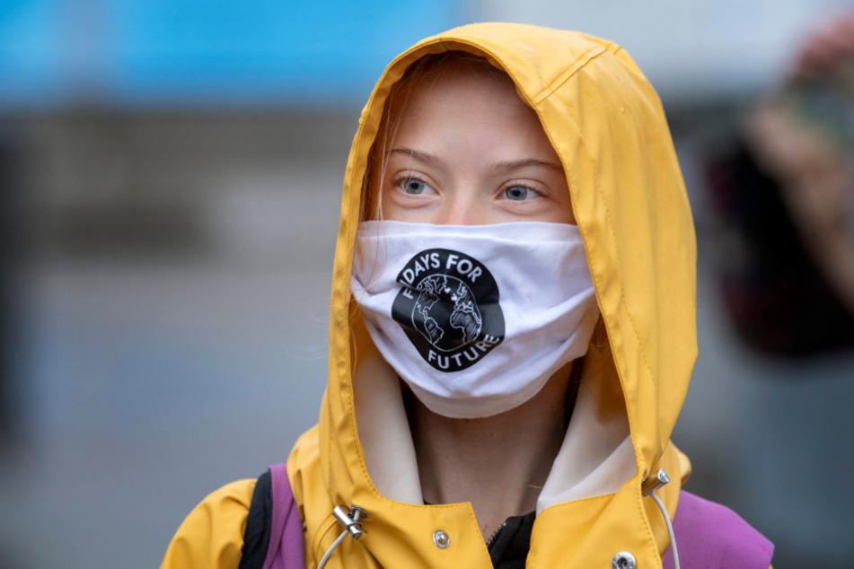 Greta Thunberg nimmt mit Maske an einem Fridays for Future-Protest vor dem schwedischen Parlament in Stockholm teil.