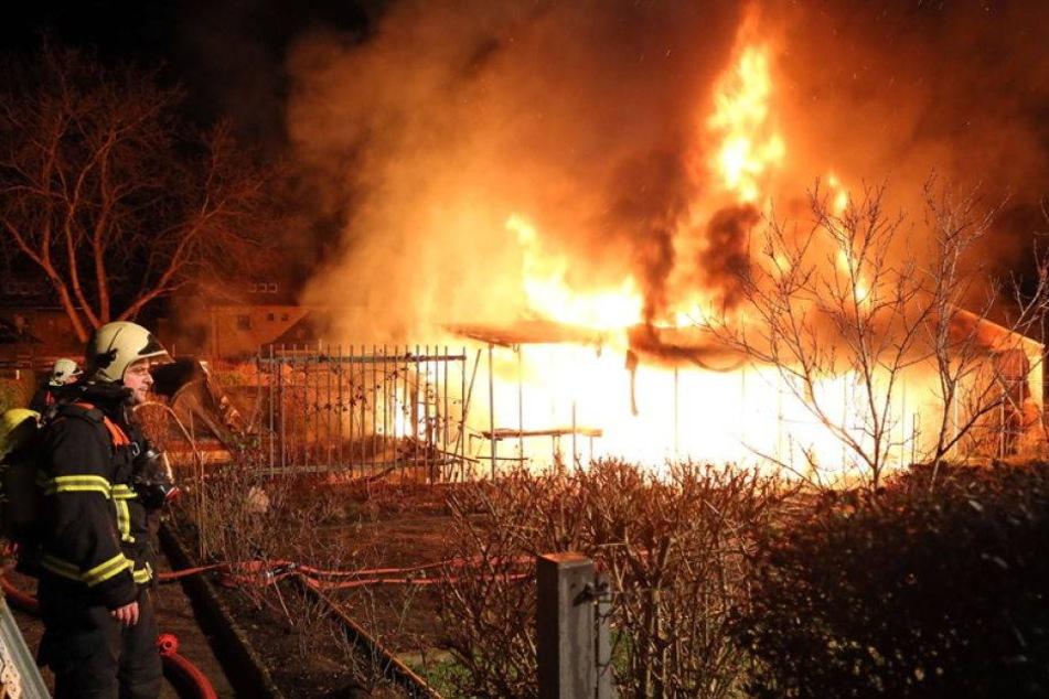 Gartenlaube brennt komplett ab