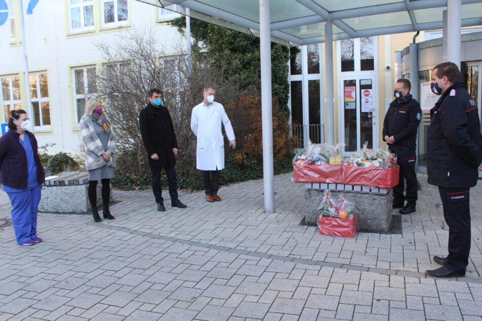 Mit üppigen Präsentkörben überraschte der Kreisfeuerwehrverband Landkreis Leipzig am Wochenende die Mitarbeiter des Sana-Klinikums Borna und des Krankenhauses Grimma.