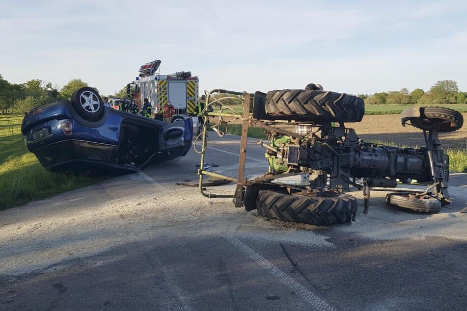 Auto rammt Traktor und überschlägt sich: Zwei Verletzte