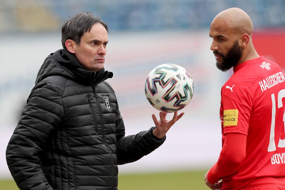 """Florian Schnorrenberg (44, l.), der Trainer des Helleschen FC, warnt vor der neuen Spielzeit: """"Die dritte Liga ist noch stärker als in der vergangenen Saison."""""""