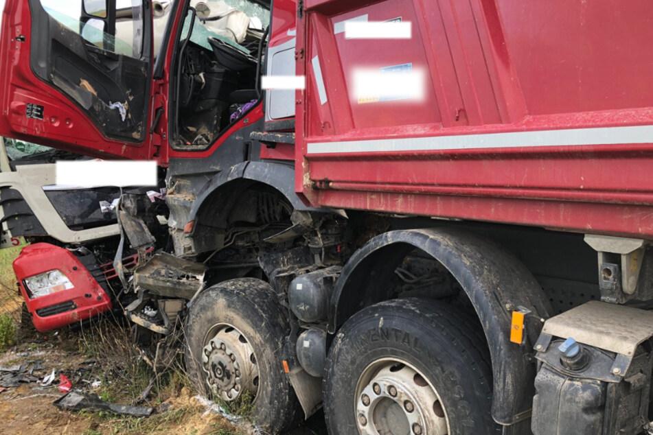 Lkw-Fahrer stirbt bei Frontal-Crash mit Sattelzug nahe Betriebsgelände