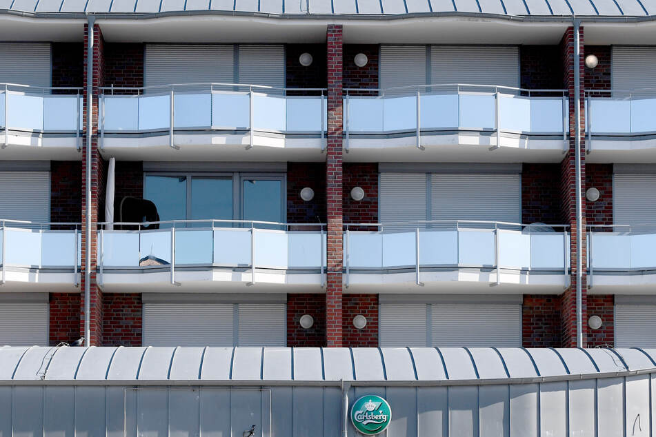 Blick auf die Balkone von Ferienwohnungen.