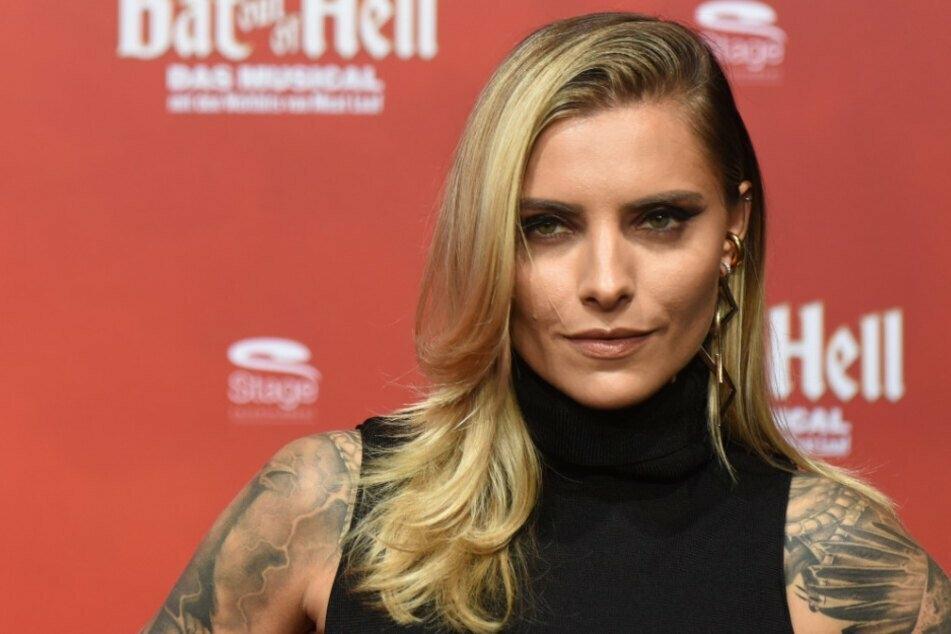 """""""Das gibt doch schon wieder Ärger"""": Sophia Thomalla macht Fans als sexy Boss Lady wahnsinnig wild"""