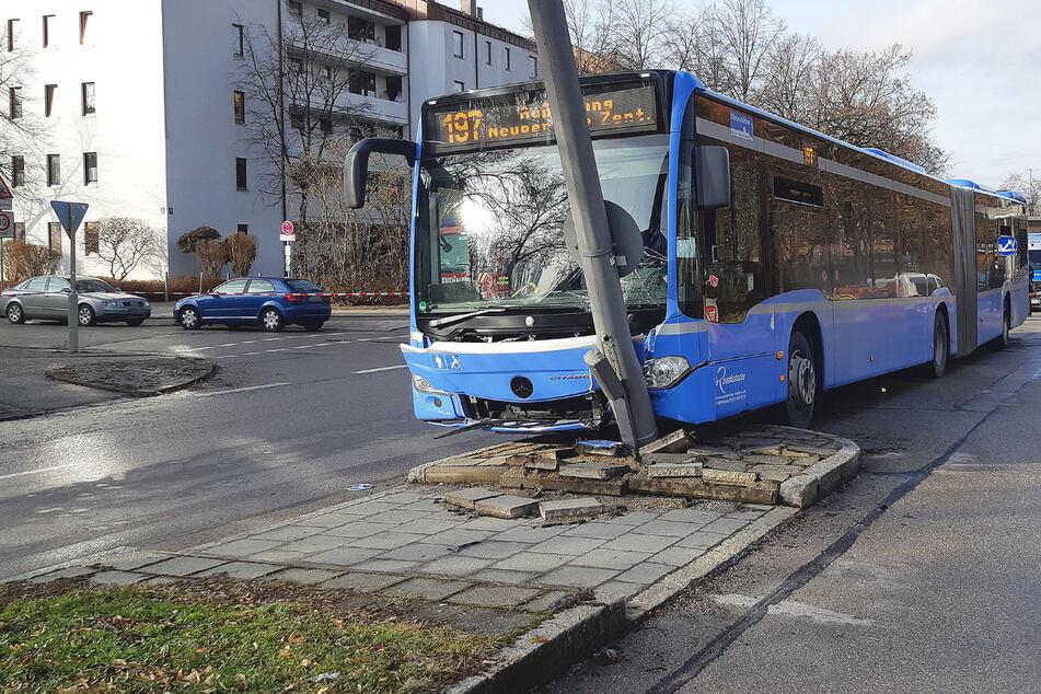 Fahrer wird bewusstlos! Linienbus kracht gegen Laternenmast