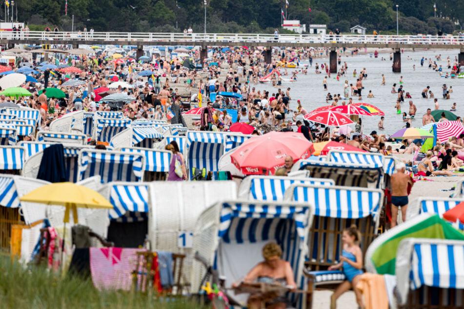 Urlauber tummeln sich am Timmendorfer Strand.
