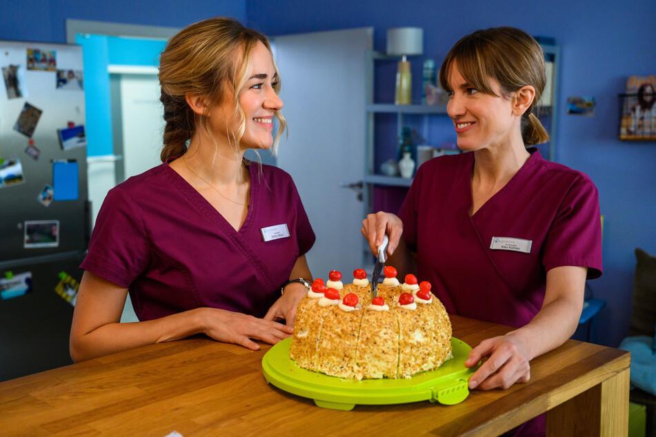 """Die Krankenschwestern Betty Weiss (Annina Hellenthal, l) und Rike Köhler (Isabell Horn, r) in einer Szene aus """"Bettys Diagnose""""."""