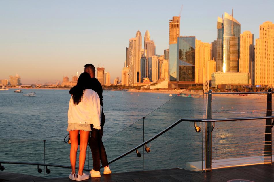 Viele Influencer zieht es wie diese zwei Touristen nach Dubai.