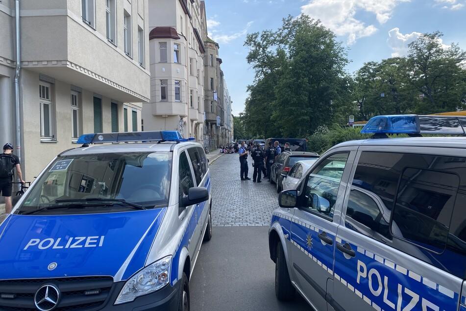 Die Polizei behält das Geschehen vor dem besetzten Haus im Blick.