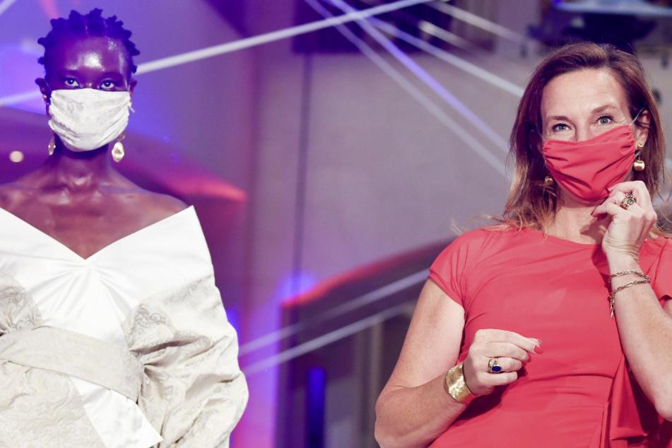 """Die Designerin Anja Gockel zeigt sich mit Mundschutz und Models nach ihrer Modenschau der Sommerkollektion 2021 """"Asuka - der Duft von morgen"""" im Hotel Adlon."""