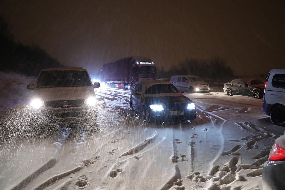 Schneemassen haben Autofahrer auf der Autobahn überrascht.