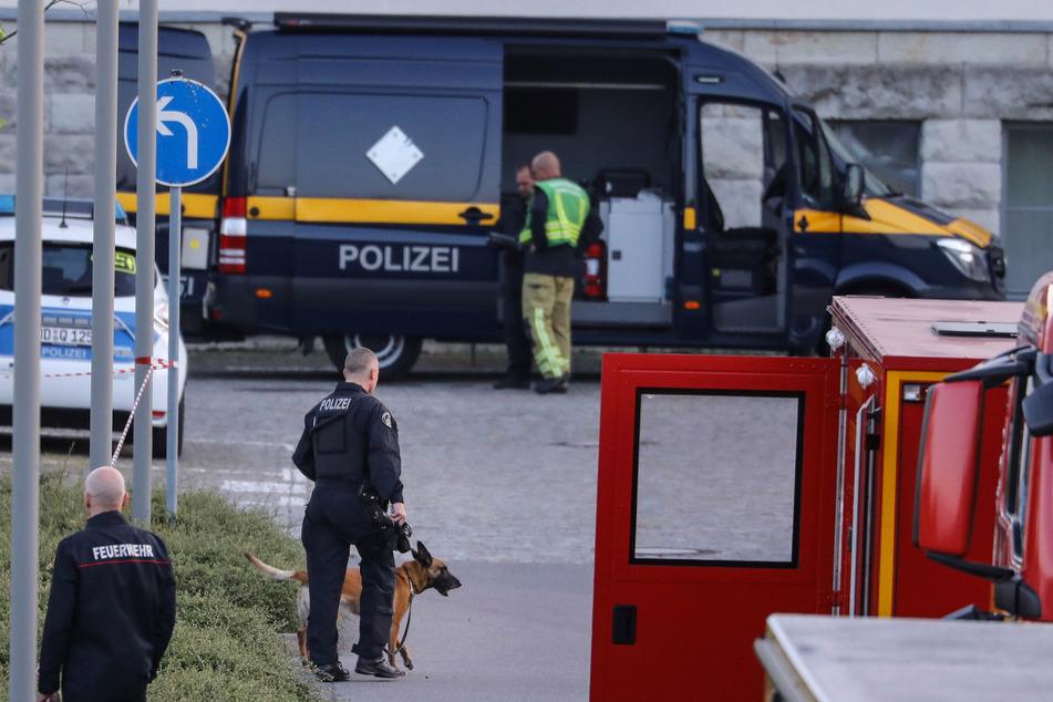 Die Polizei sowie ein Spürhund durchsuchten den Transporter auf Sprengstoff und Gefahrenstoffe, konnten aber nichts finden.