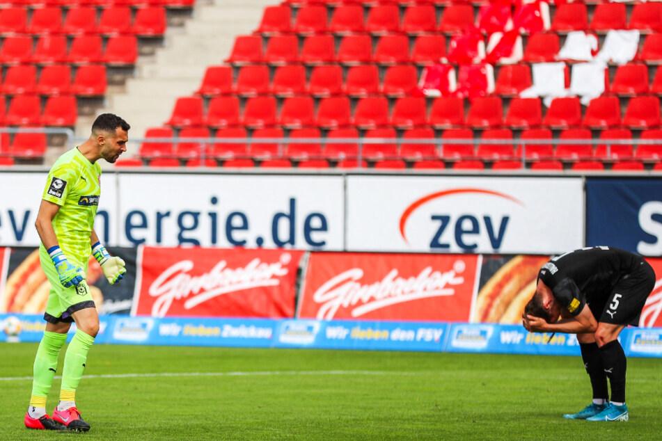 Frust in Halle! Der HFC um Keeper Kai Eisele (l.) und Innenverteidiger Jannes Vollert wurde von Rang eins bis Abstiegsplatz 17 durchgereicht.