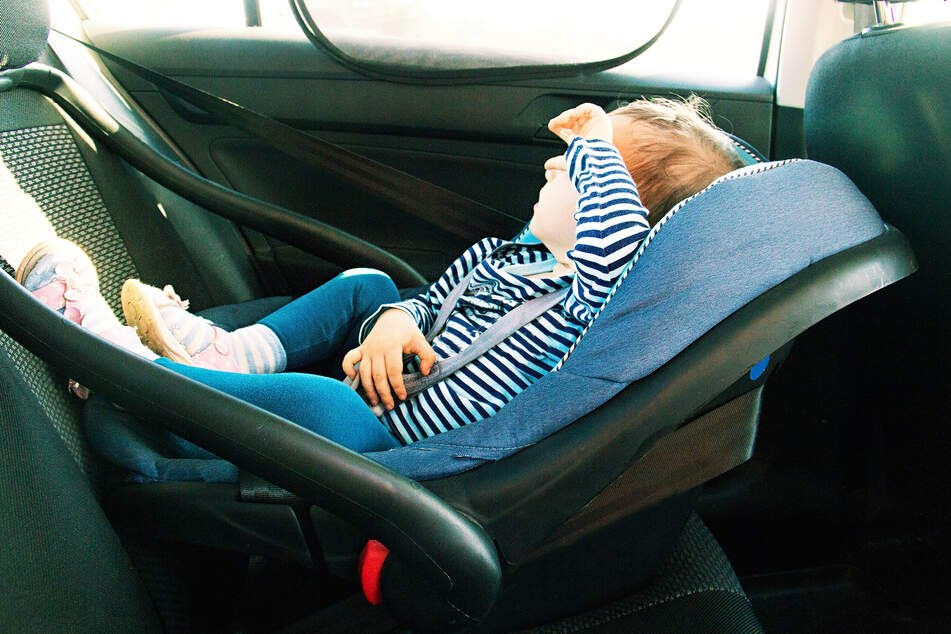 Ein Kleinkind schloss sich versehentlich selbst in einem Auto ein. (Symbolbild)