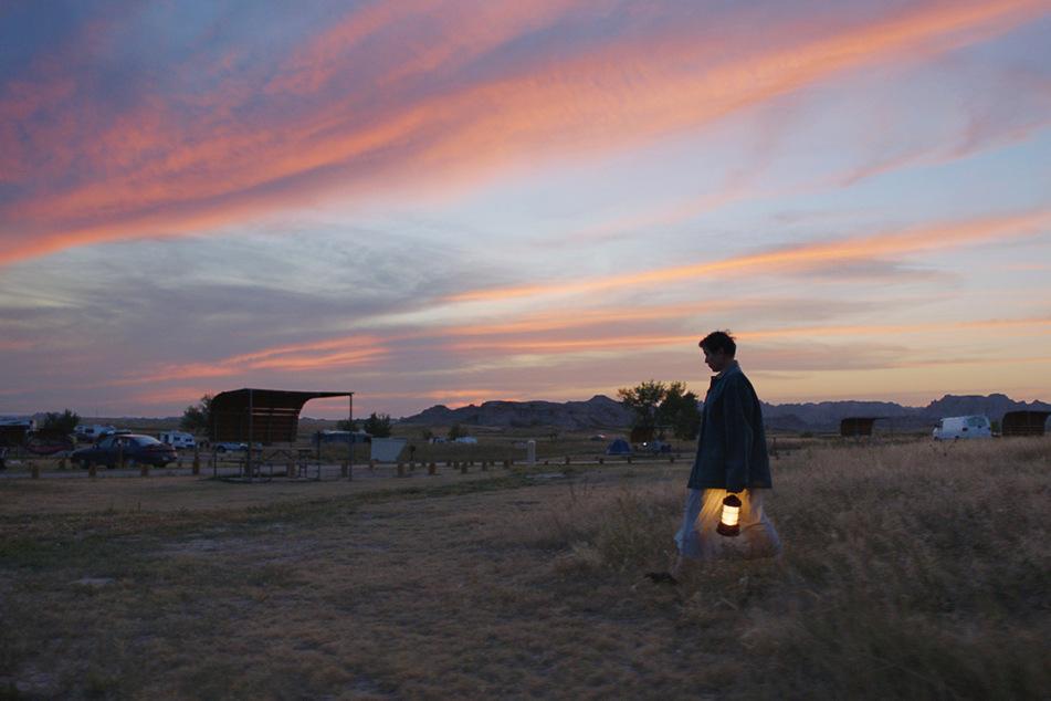 Ein Funken Hoffnung: Fern (Frances McDormand, 63) genießt auch einfach mal einen malerischen Abendhimmel.
