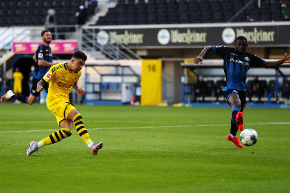 Jadon Sancho (l.) erzielt in der Nachspielzeit das 6:1 für den BVB.