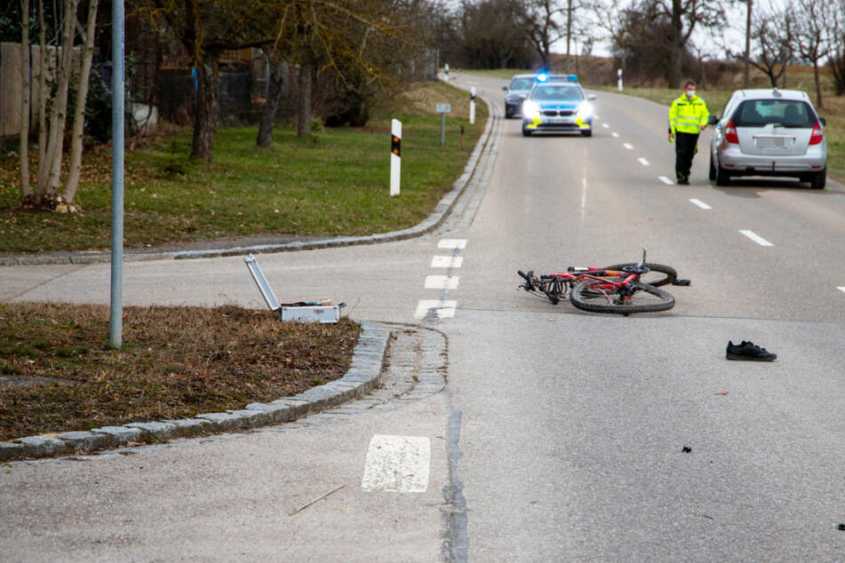 Tödlicher Unfall: Radfahrer kracht frontal gegen Mercedes, jede Hilfe ist zu spät