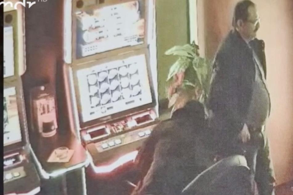 Unfassbar dreister Trick! Diebes-Duo bohrt direkt vor Kamera Automaten auf