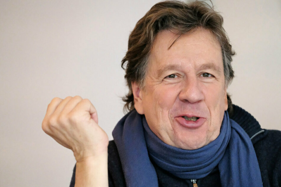 """Jörg Kachelmann (62) lächelt beim Interview zur Talkshow """"Riverboat"""" des Mitteldeutschen Rundfunks (MDR). (Archivbild)"""