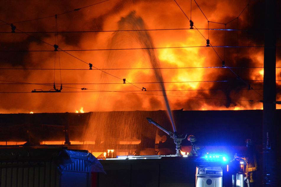 Der Schaden liegt bei fast 50 Millionen Euro. 125 Kameraden der Feuerwehr löschten das Feuer.
