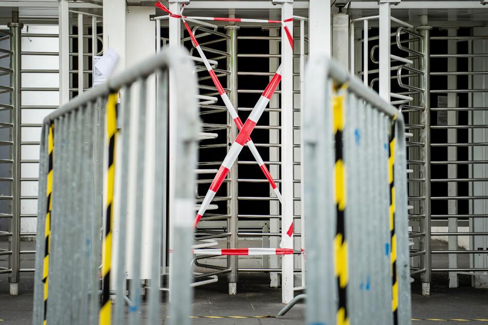 Ein Eingang für Mitarbeiter des Fleischwerks Tönnies in Rheda-Wiedenbrück ist mit Flatterband abgeperrt. Beim Schlachtereibetrieb Tönnies in Rheda-Wiedenbrück sind über 650 Mitarbeiter positiv auf das Coronavirus getestet worden.