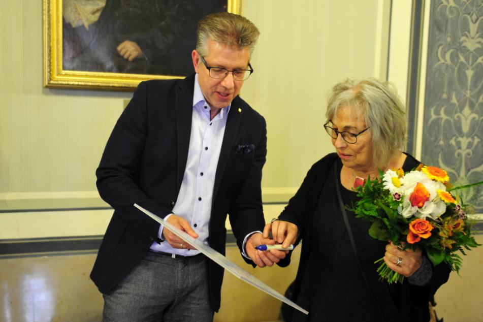 Sozialbürgermeister Ralph Burhart (59, l.) bedankte sich bei Roswitha Bethe für das soziale und finanzielle Engagement.