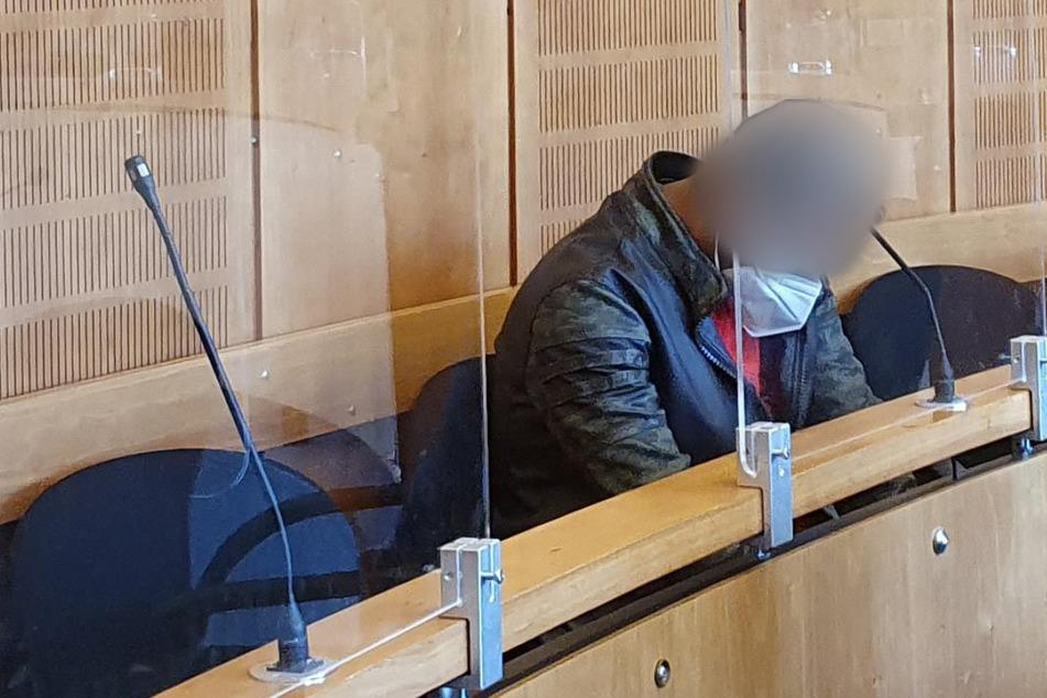 """37-Jähriger nach Messer-Attacke auf seine Ehefrau vor Gericht: """"Warum stirbst du nicht?"""""""