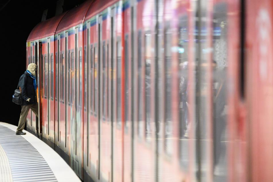 Mann bedroht Fahrgäste in S-Bahn mit Revolver: Nun ist er in der Psychiatrie