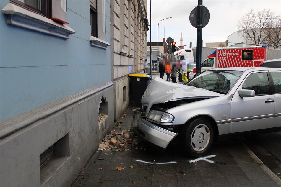 Eine 19-Jähriger hat mit seinem Auto ein Loch in eine Hauswand gefahren.