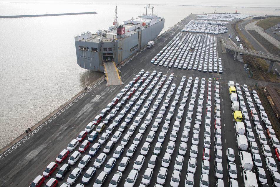 Hunderte Volkswagen stehen im Hafen von Emden zur Verschiffung bereit. Die Corona-Pandemie hat die Ausfuhr von Elektrofahrzeugen aus deutscher Produktion im ersten Halbjahr 2020 deutlich gebremst.