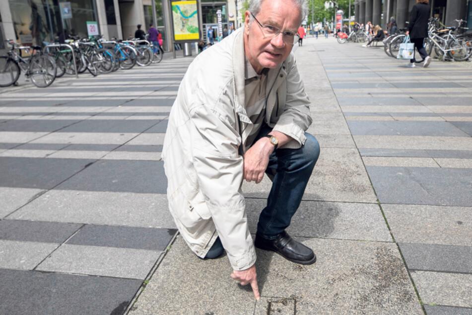 """Wird beim Einkaufsbummel meist achtlos mit Füßen getreten: Christoph Pötzsch (64) zeigt auf den Gedenkstein mit dem nur 15 Zentimeter kleinen """"F.""""."""