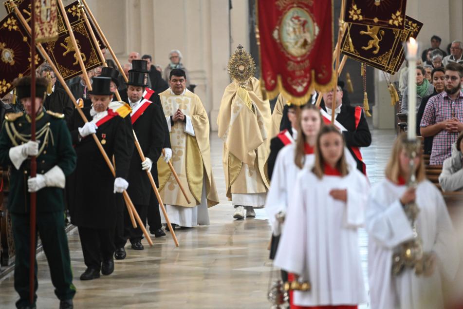 Kritik wird laut: Macht die katholische Kirche in der Corona-Krise eine Rolle rückwärts?
