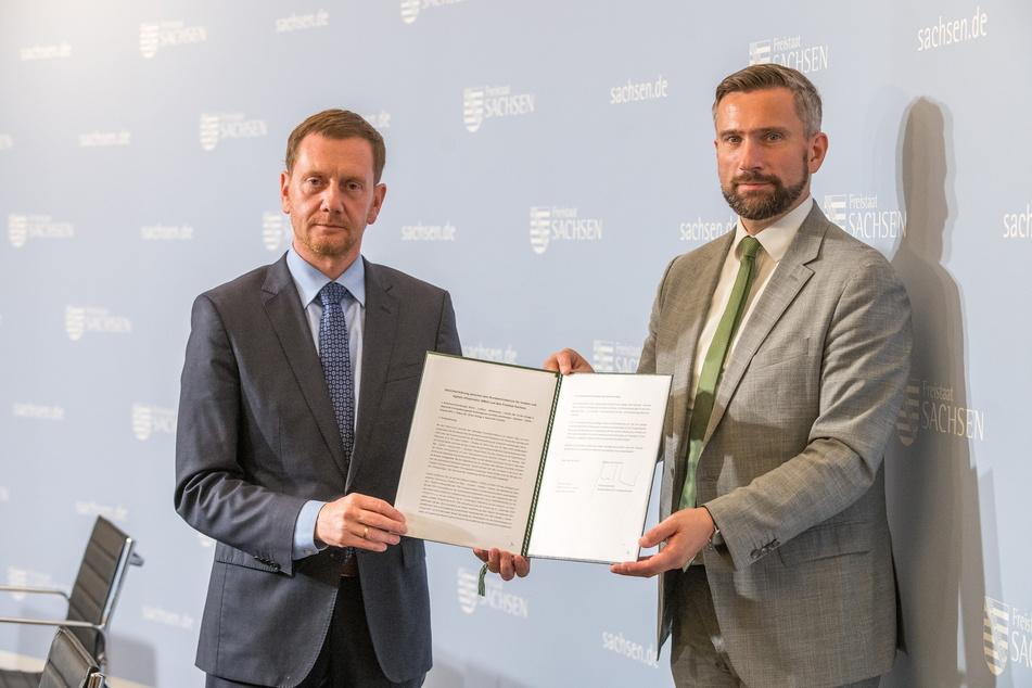 Ministerpräsident Michael Kretschmer (46, CDU, l.) und Verkehrsminister Martin Dulig (47, SPD) präsentieren die neue Absichtserklärung.