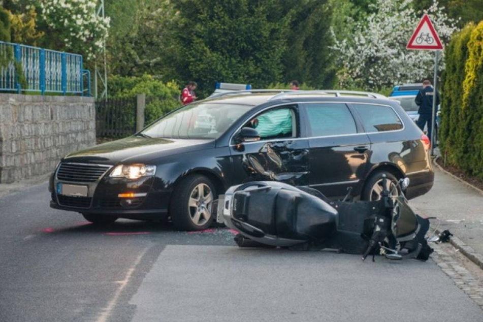 Autofahrer übersieht Biker beim ausfahren: Schwer verletzt