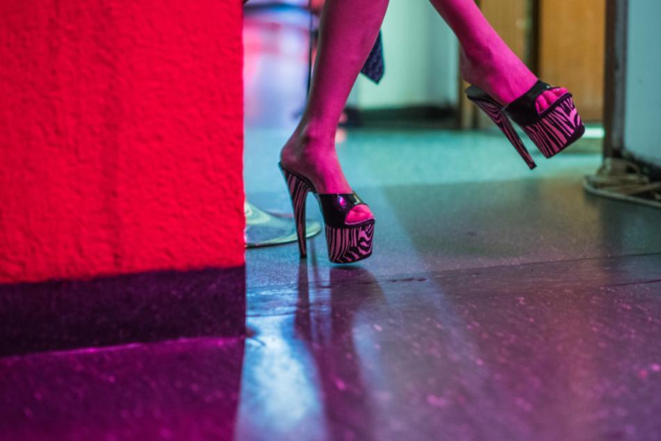 Eine Prostituierte wartet auf ihrem Zimmer in einem Bordell auf Kundschaft.