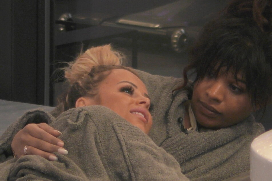 Hier beichtet Jade (24) am Einzugsabend ihre Gefühle. Vanessa hört gespannt zu!