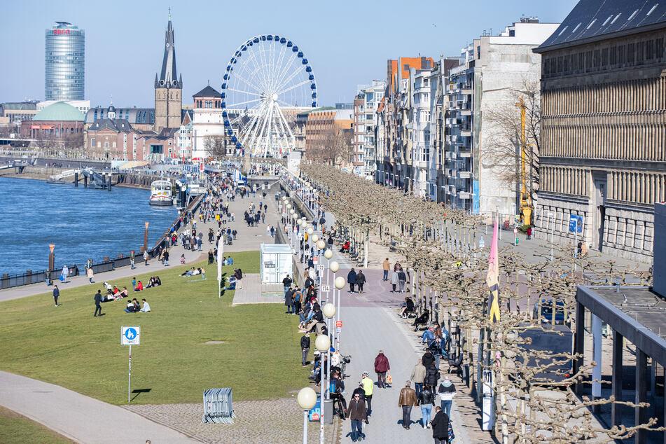 Zur Wiedereröffnung der Außengastronomie rechnet die Stadt Düsseldorf trotz schlechten Wetters über Pfingsten mit vielen Besuchern in der Altstadt und am Rheinufer.