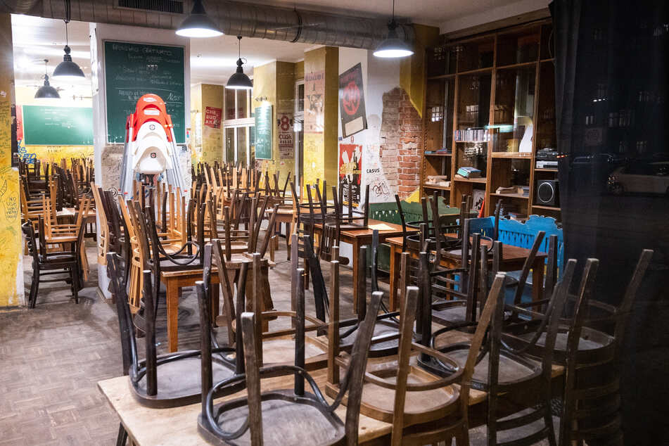 In einem geschlossenen Restaurant sind die Stühle umgedreht auf den Tischen.