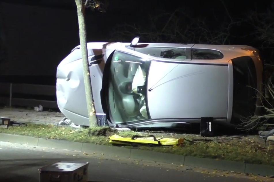 Der Unfallfahrer befreite sich aus dem Auto und floh mit einer Platzwunde am Kopf vom Unfallort.