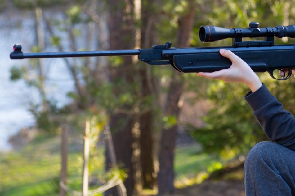 Jugendlicher schießt mit Luftgewehr auf Senior