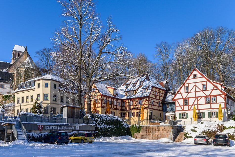 Blick auf den winterlich verschneiten Schlossberg.