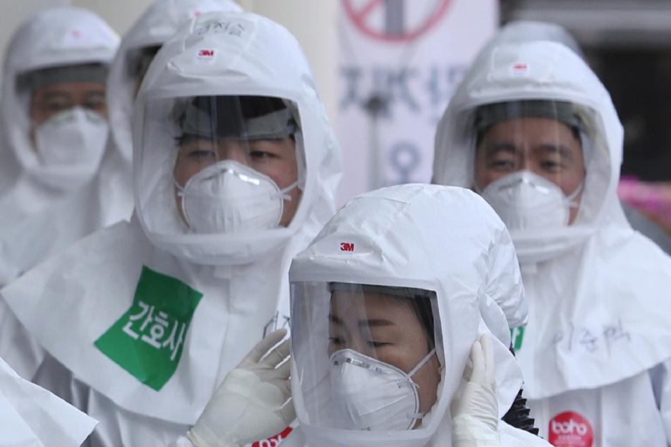 Seoul: Medizinische Mitarbeiter des Dongsan-Krankenhauses treffen in Schutzanzügen zu ihrer Schicht ein.