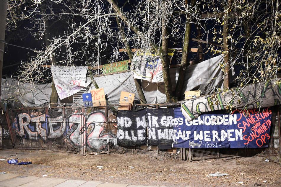 """Am Samstagabend haben etwa 2400 Menschen für den Erhalt des linksalternativen Hauses """"Køpi 137"""" demonstriert."""