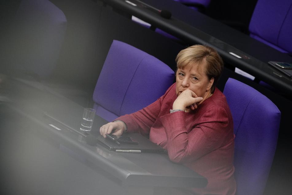 Bundeskanzlerin Angela Merkel (CDU) verfolgt die Generaldebatte zum Bundeshaushalt im Bundestag.