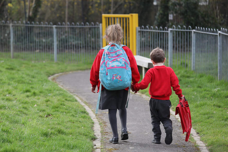 Großbritannien, Tunbridge Wells: Kinder verlassen eine Schule in Kent.