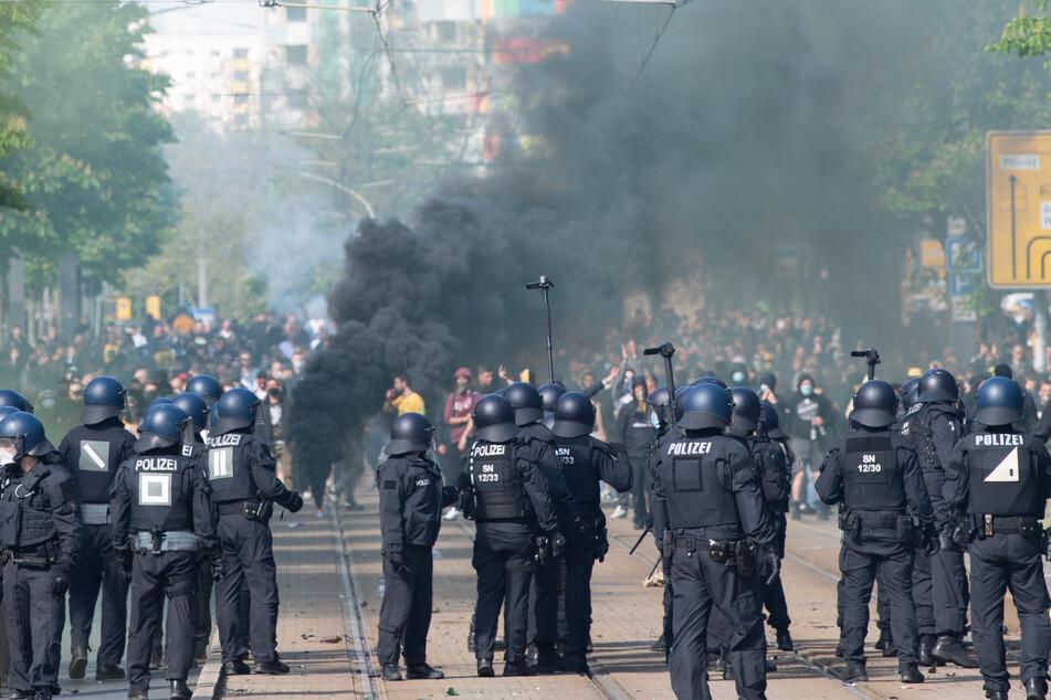Gut 185 Polizeibeamte wurden bei Ausschreitungen rund um die Lennéstraße in Dresden verletzt.