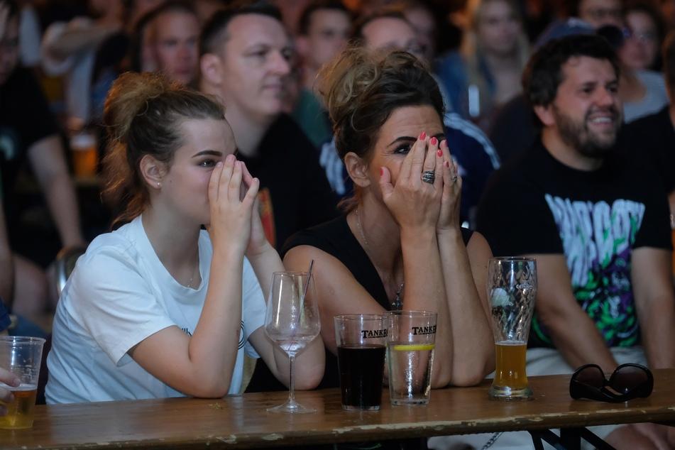 Trauer, Entsetzen, Niedergeschlagenheit bei Fans von RB Leipzig beim Public Viewing in Sachsen.