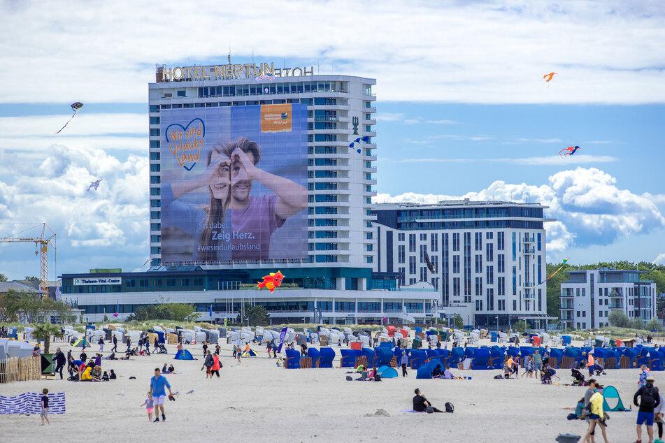 Ein 40 mal 40 Meter großes Plakat hängt am wegen der Corona-Schutzmaßnahmen geschlossenen Hotel Neptun und wirbt für ein nachhaltig gutes Tourismusklima in Mecklenburg-Vorpommern.