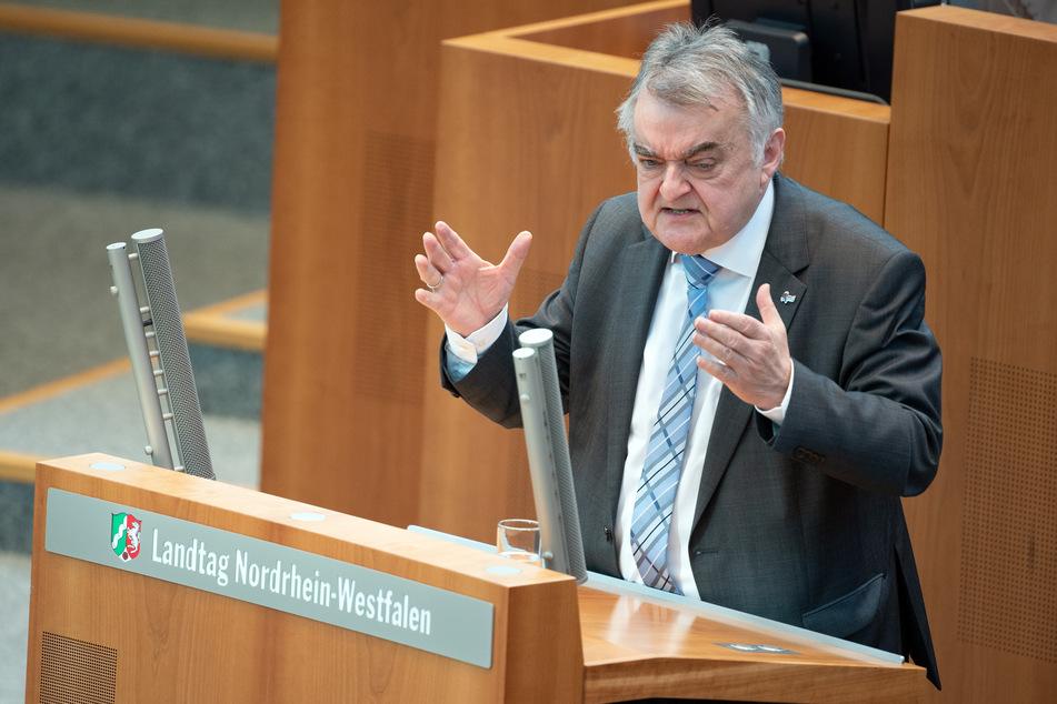 """NRW-Innenminister Herbert Reul (68, CDU) ist sauer, da einige Betreiber von Testzentren """"das schnelle Geld"""" gesehen haben könnten."""
