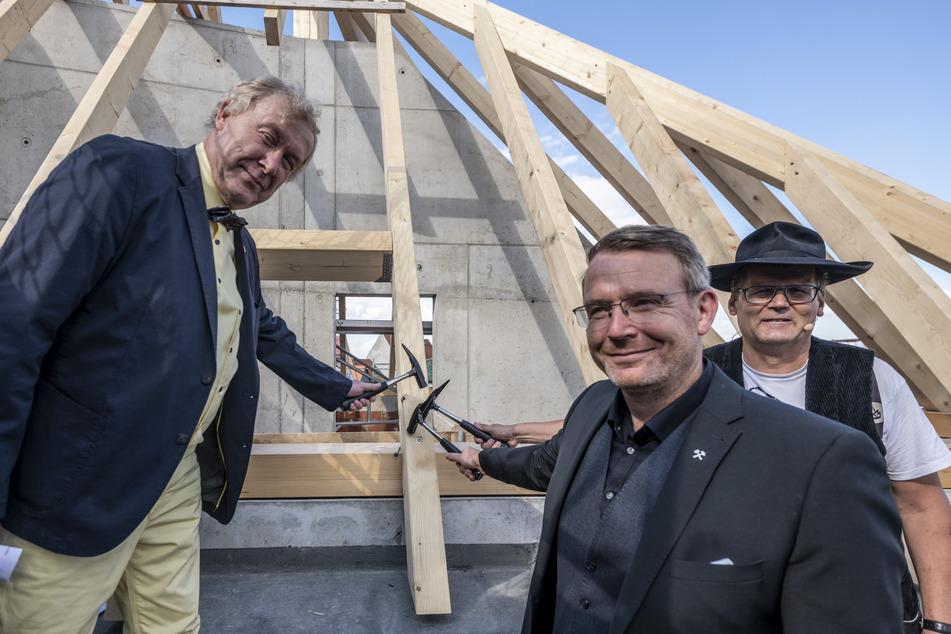 Architekt Christoph Frenzel (l.), Oberbürgermeister Sven Krüger (46, parteilos) und Zimmermann Ralf Dechant (54) feiern Richtfest vor dem neuen Dachstuhl.
